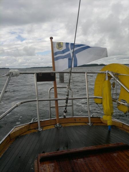 Galthean perälippussa liehuu Itä-Helsingin purssiseuran (IHPS) viikinlaiva.